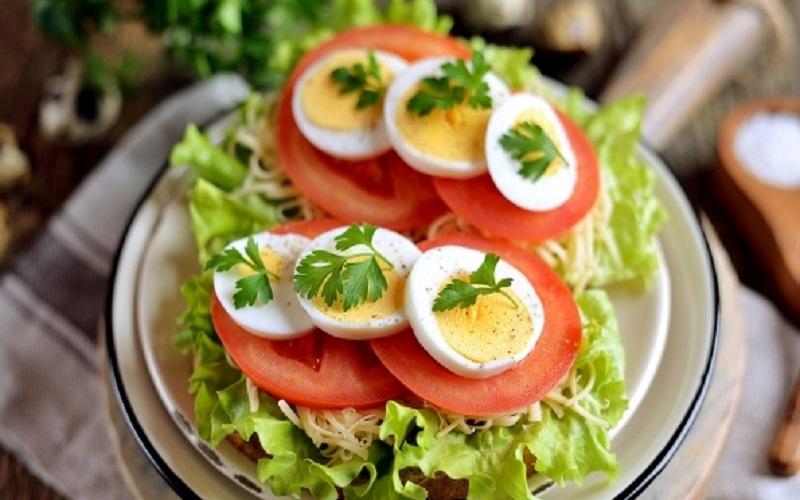Бутерброд с яйцами, сыром и салатом