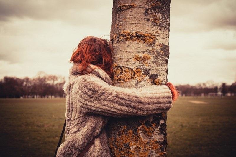 девушка обнимает березу