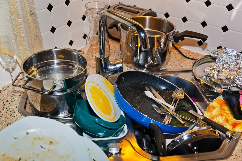 грязная посуда в раковине