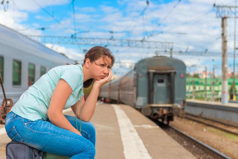 женщина опоздала на поезд