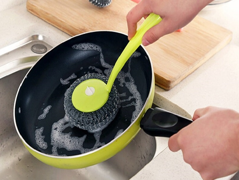 мытье сковородки металлическим скребком