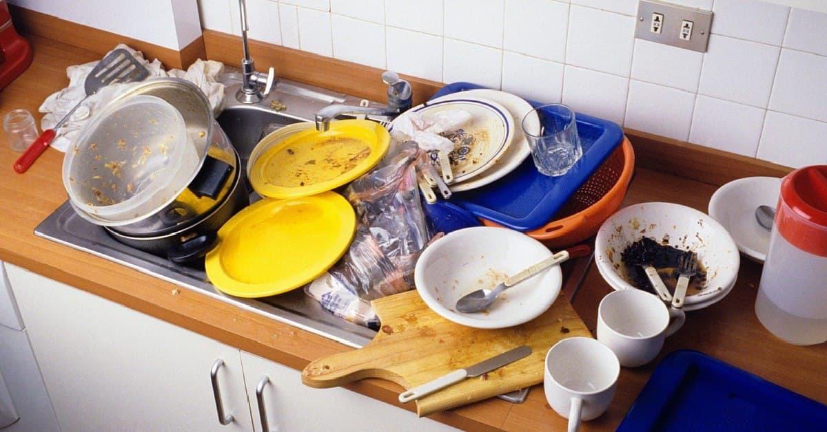 Грязная посуда: почему тарелки и ножи нужно мыть с вечера
