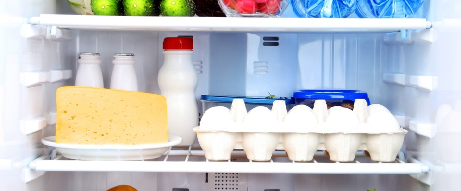 полка с молочными продуктами в холодильнике