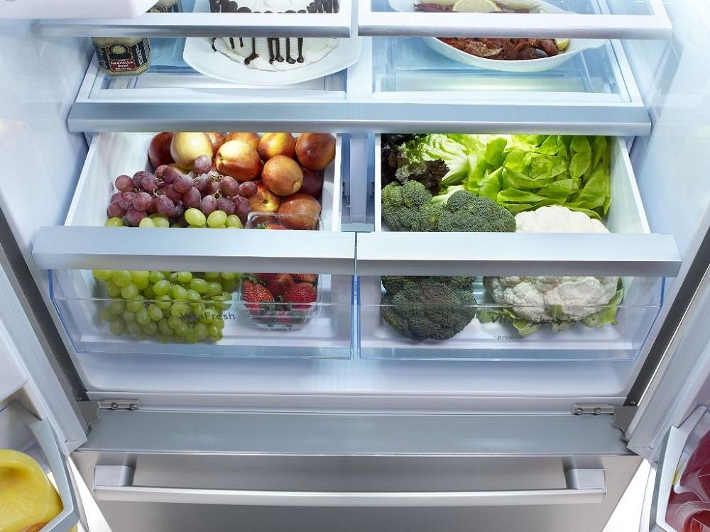 фрукты и овощи в ящике холодильника