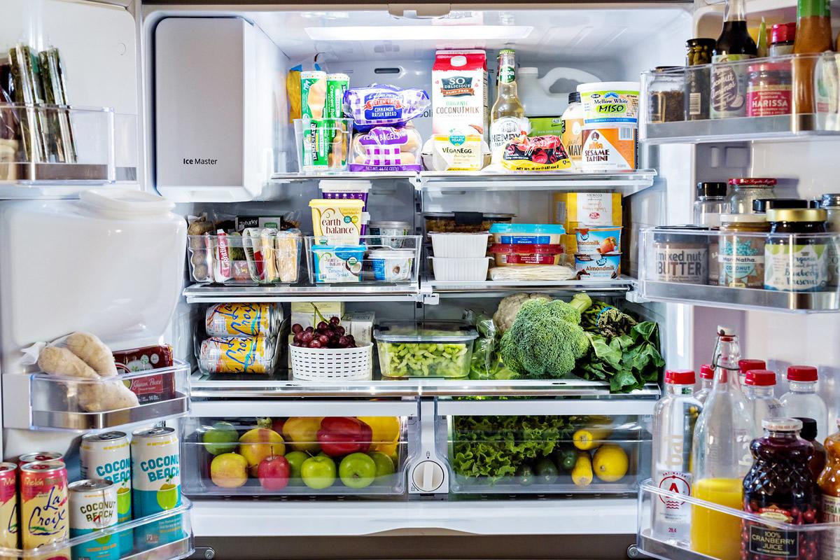 продукты на дверцах холодильника