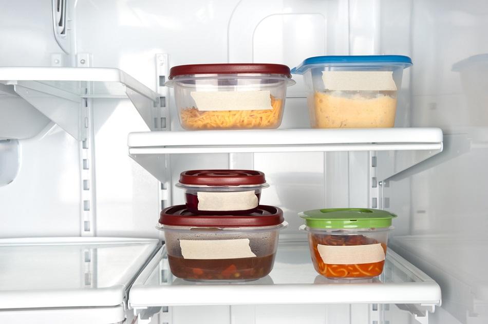 еда в контейнерах в холодильнике