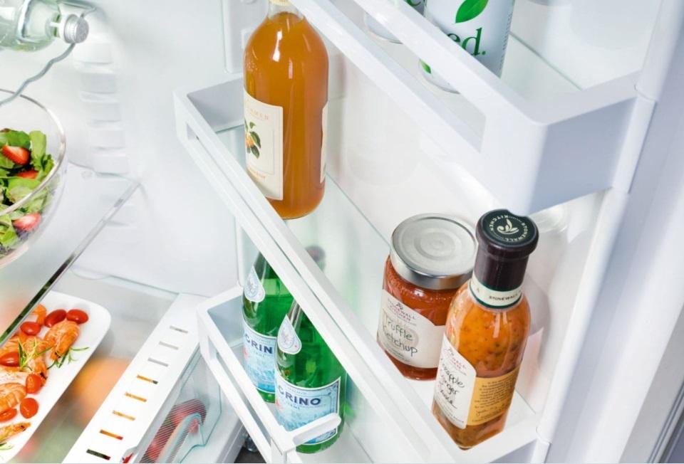 бутылки в дверце холодильника