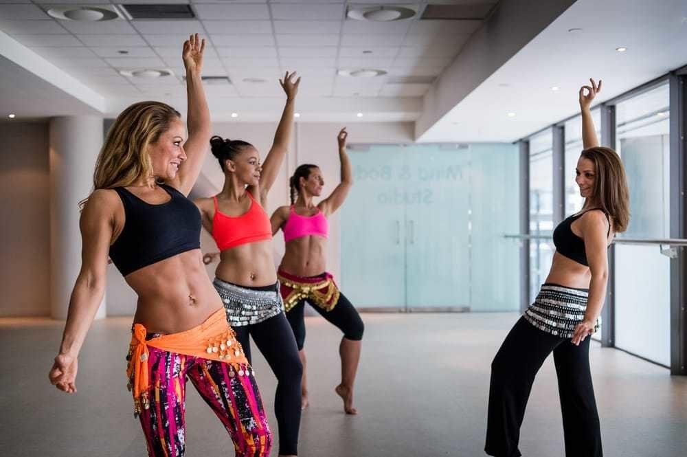 женщины занимаются танцами