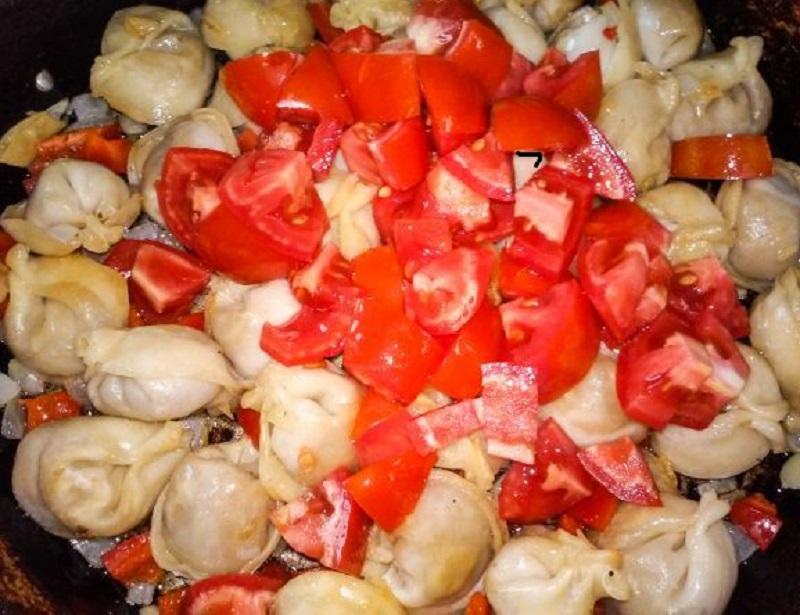 как готовить пельмени на сковороде с помидорами