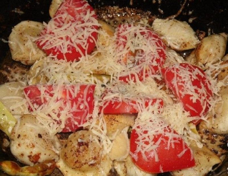 пельмени на сковороде с сыром и помидорами