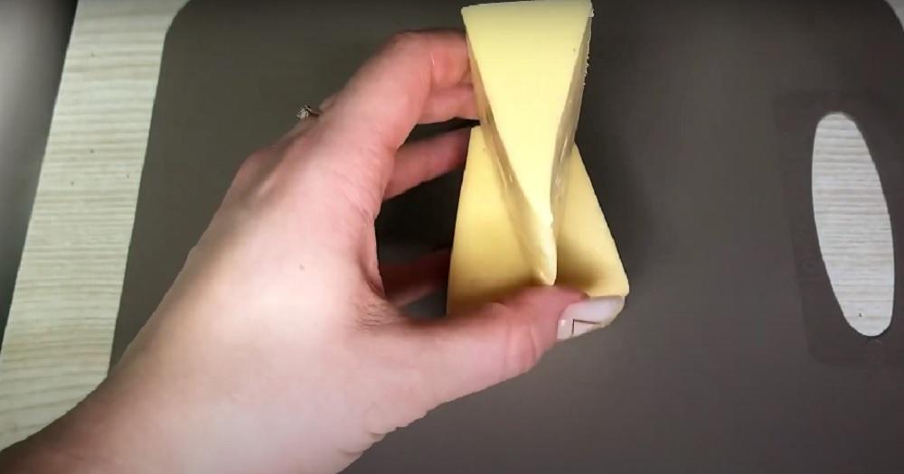 отрезанный кусок сыра