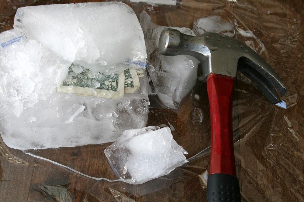 деньги во льду в подарок с молотком