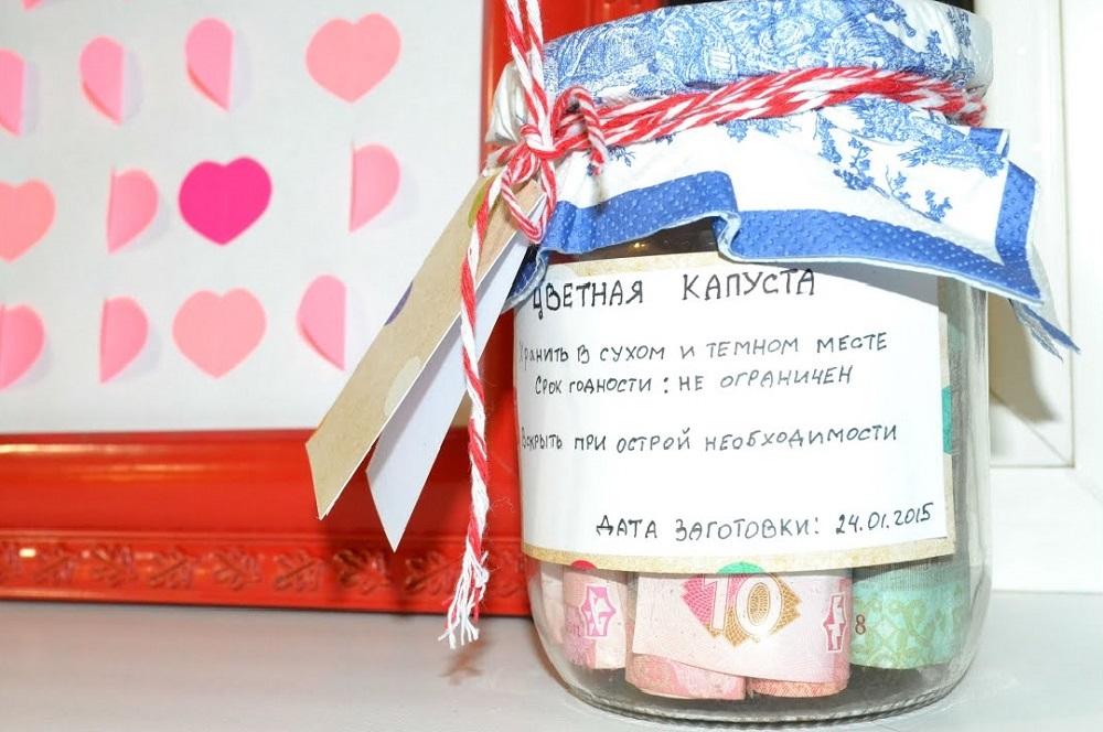 банка с деньгами на подарок