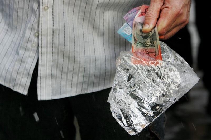 деньги в ледяной глыбе