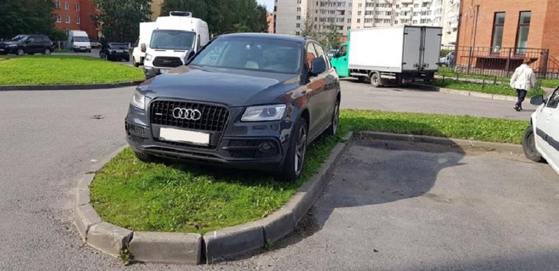 машина припаркована на маленьком газоне