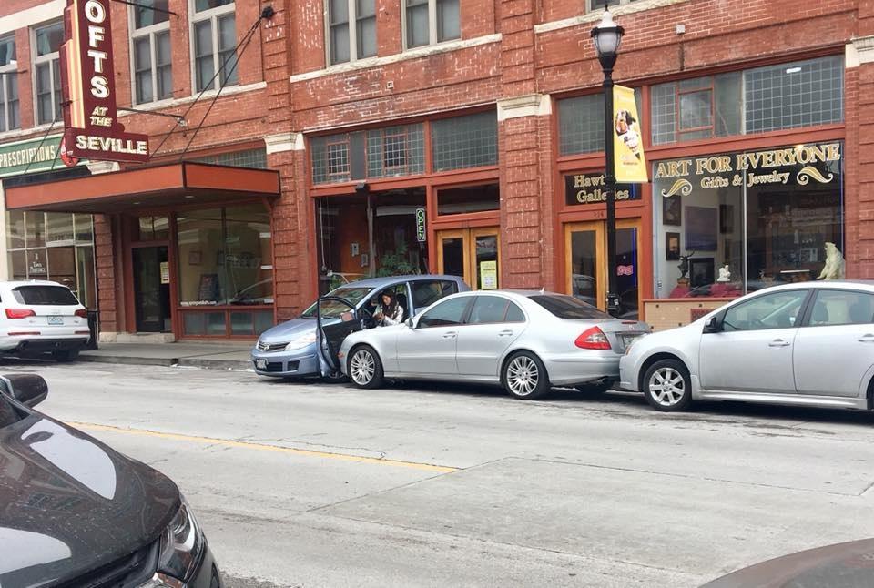 машина врезалась в припаркованную