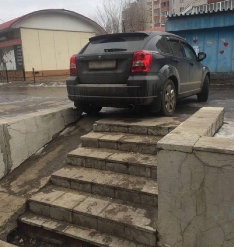 парковка машины над ступеньками