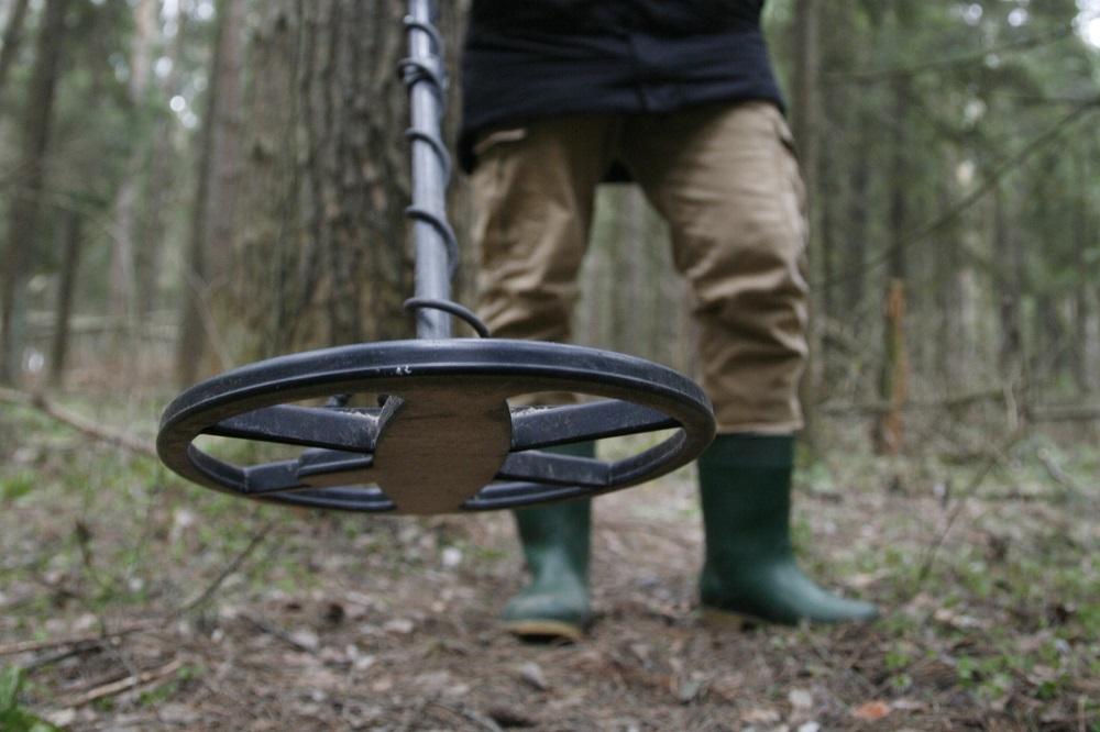 кладоискатель сталкер в лесу