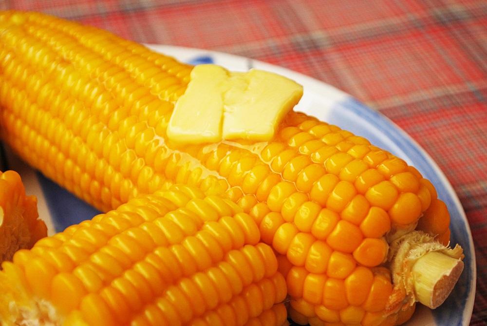 вареная кукуруза с маслом