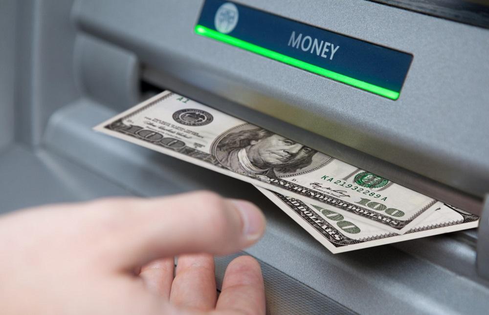 нашел деньги в банкомате