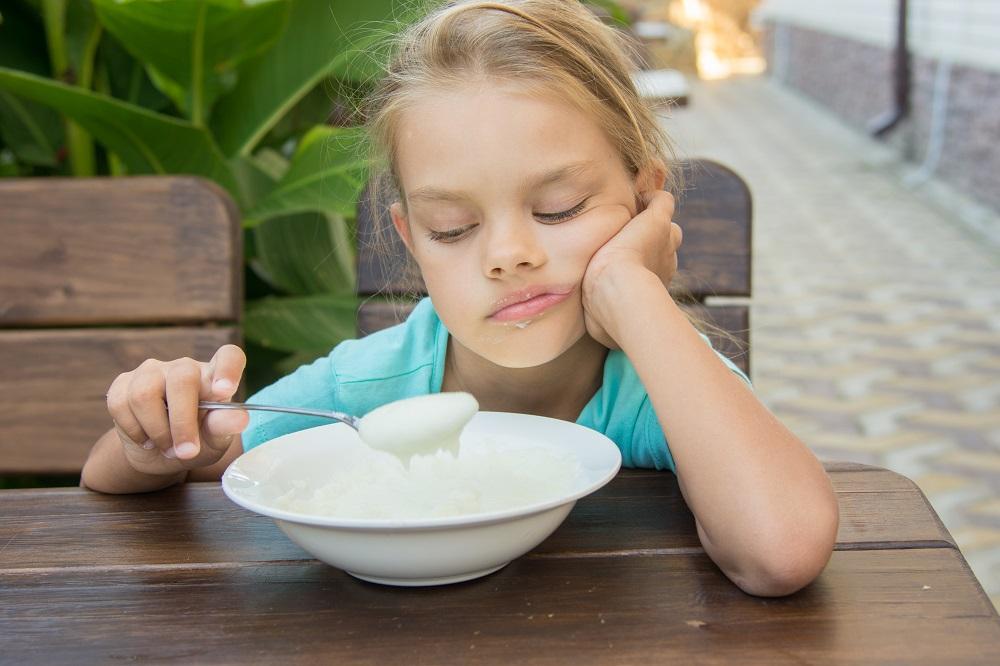 девочка ест манную кашу