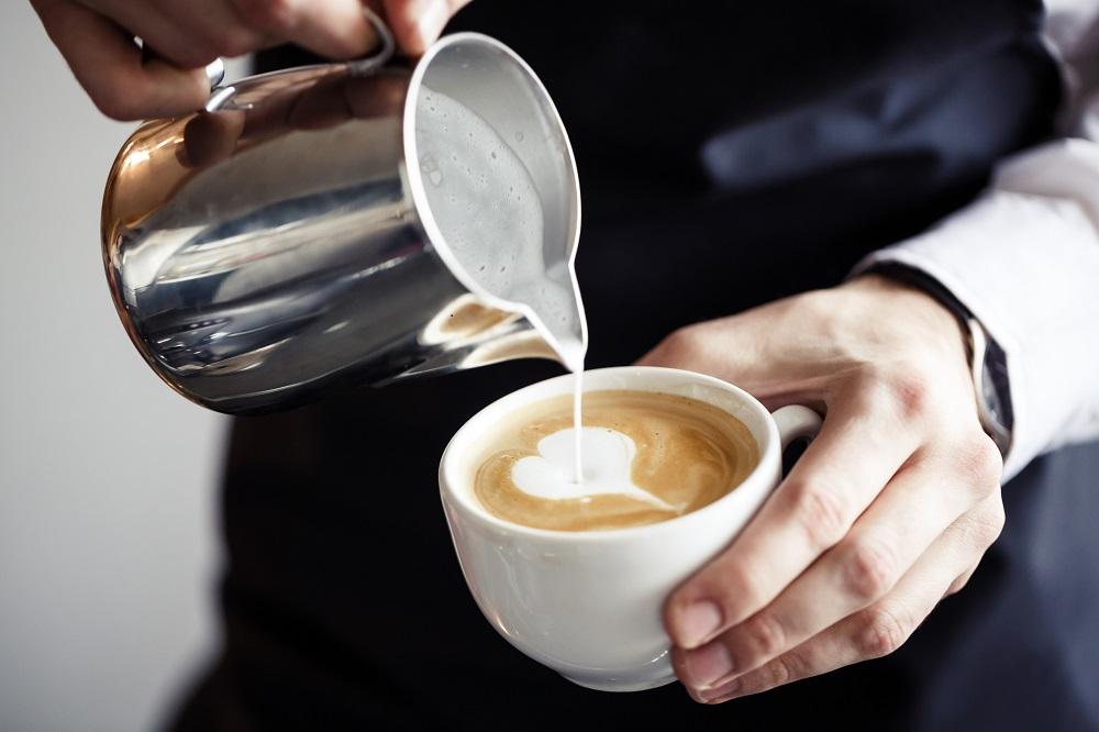 бармен делает кофе