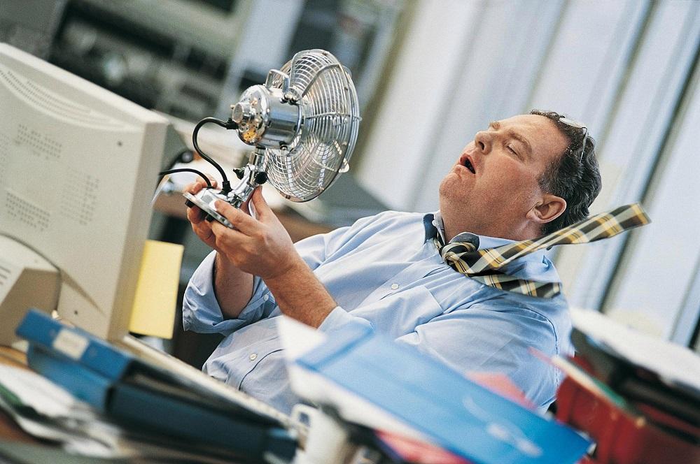 мужчине под вентилятором жарко