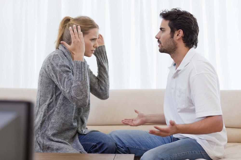 жена спорит с мужем