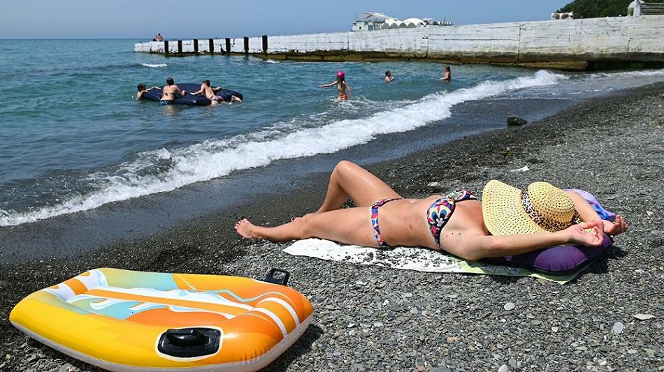 женщина отдыхает на пляже одна