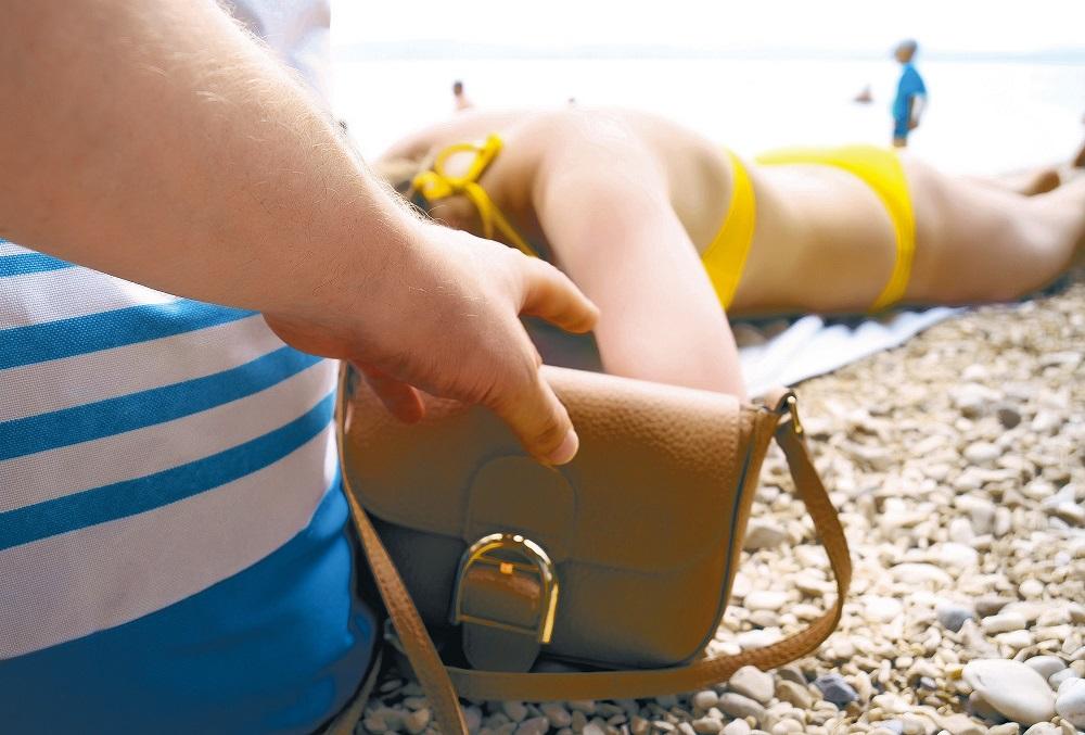 кража сумки на пляже