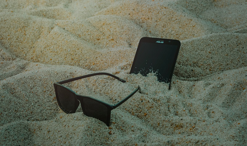 закопать телефон в песке