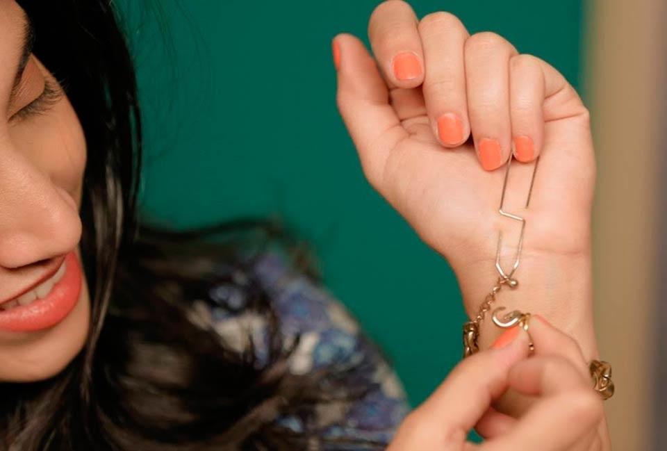 как застегнуть браслет самостоятельно