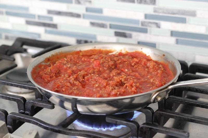 фарш с томатной пастой в сковороде