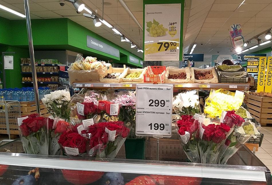 цветочные полки в супермаркете