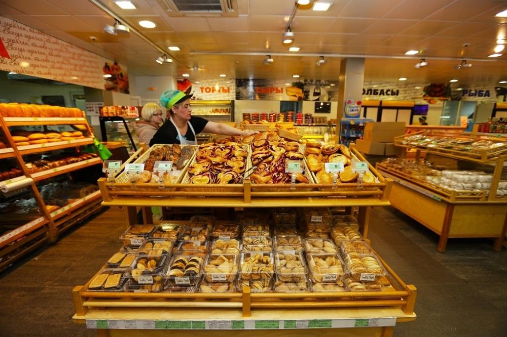 свежая выпечка в супермаркете