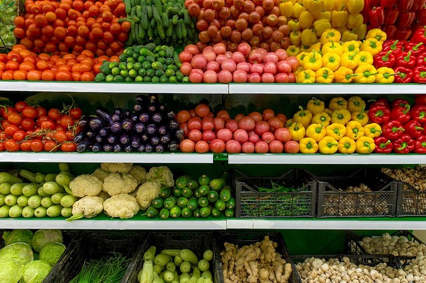 отдел с овощами в магазине