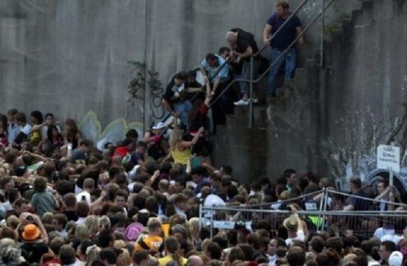 Люди убегают из толпы