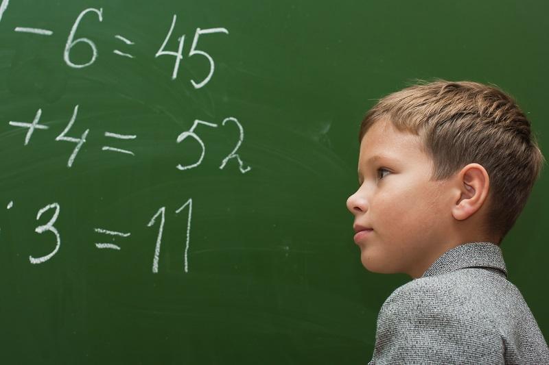 решает математические примеры
