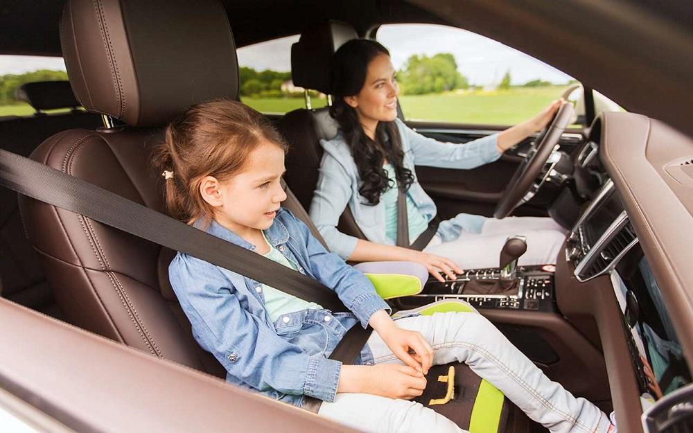 женщина с дочкой в машине