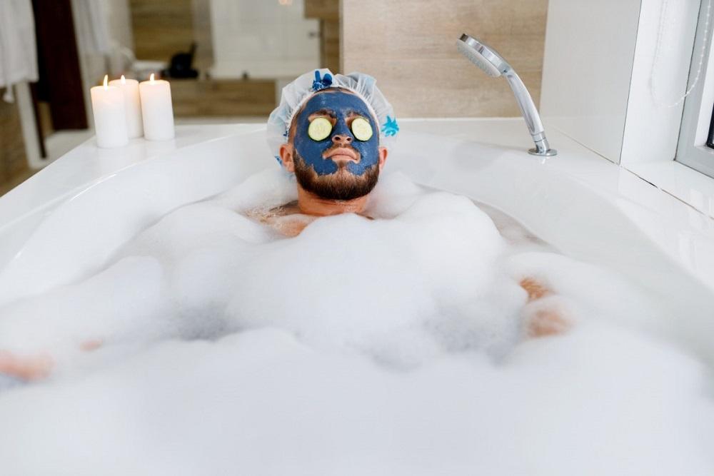 мужчина в ванне с пеной