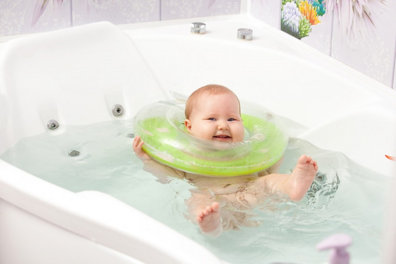 веселый малыш купается