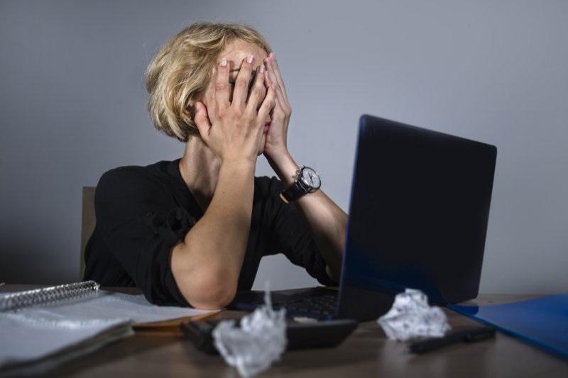 обманутая женщина у компьютера