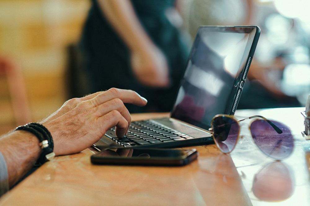 мужские руки возле ноутбука