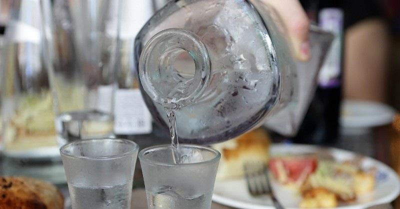 водка наливается в стопку