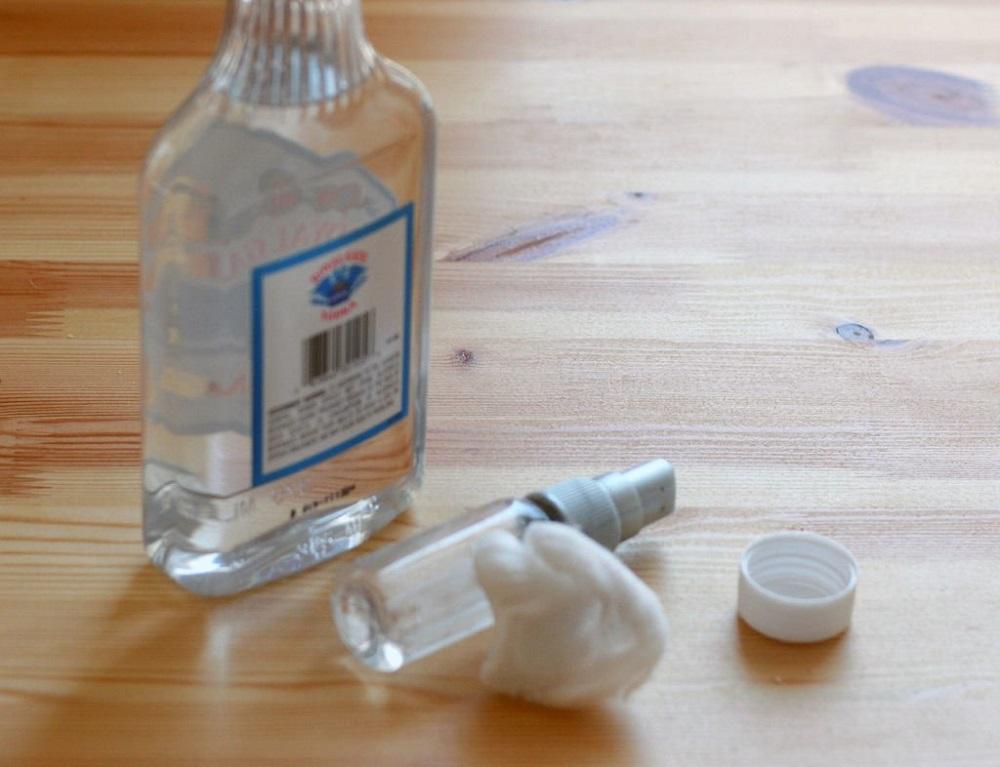 снять наклейку с помощью водки
