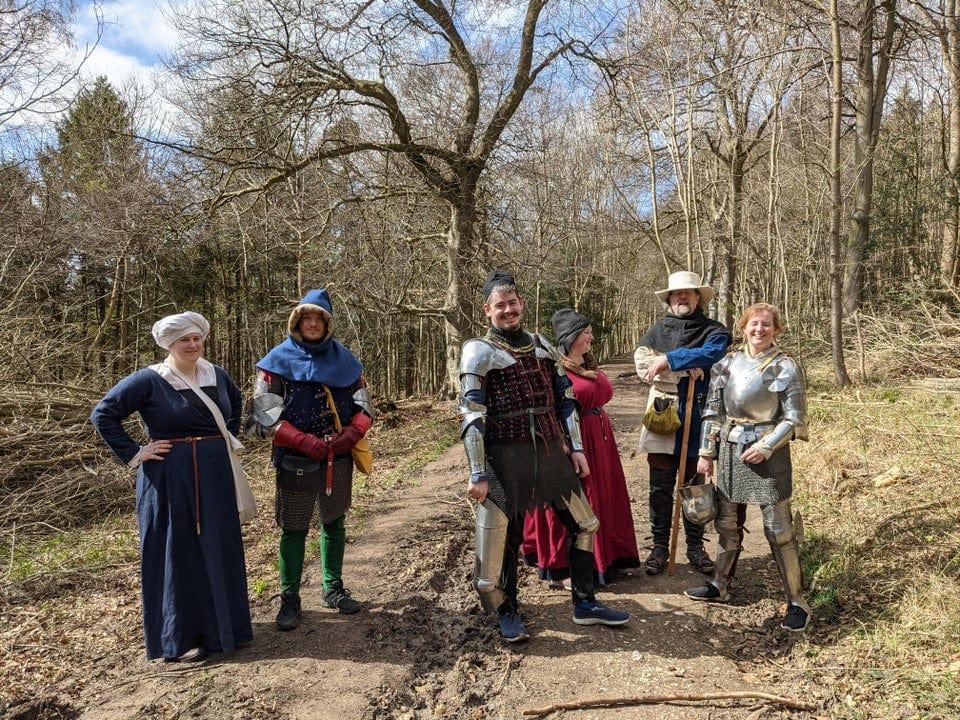люди гуляют в лесу в средневековых нарядах