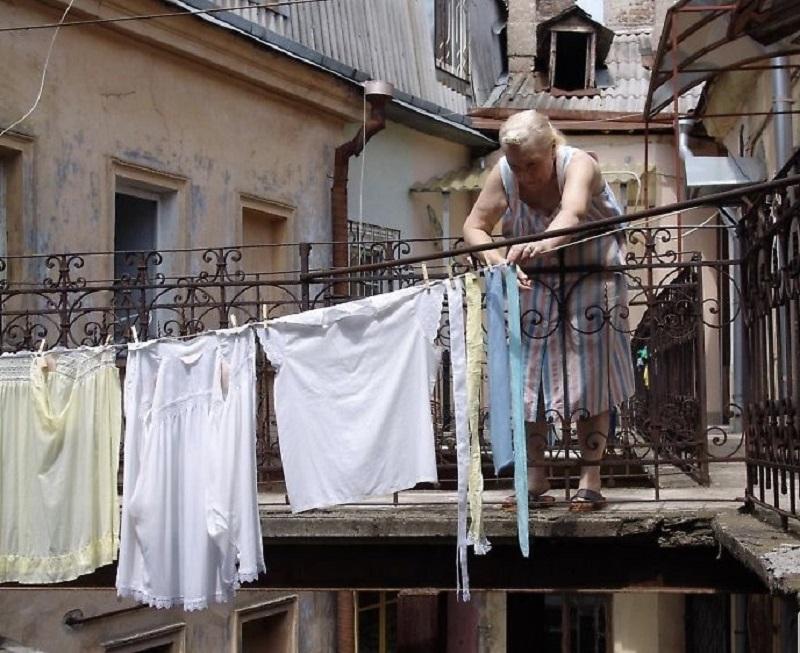 одесская хозяйка развешивает бельё