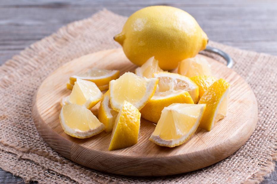 нарезать кусочками лимон
