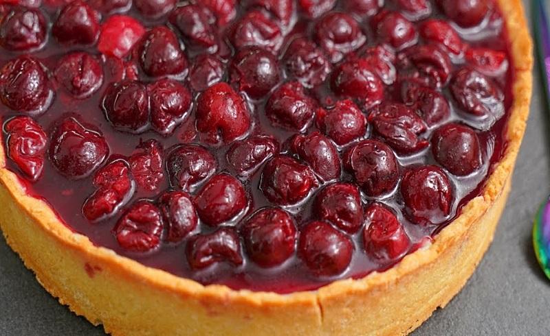 готовый пирог с творогом и вишней