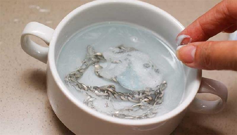 почему чернеет серебро нашатырь